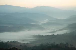 montagna con nebbia marina foto