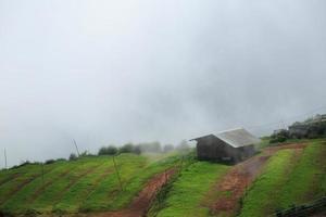 rifugio di montagna nebbioso. piove
