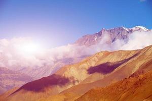 alba in montagna foto