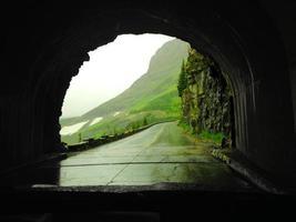 vista del tunnel stradale di montagna foto