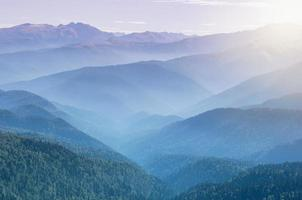 alba sopra le montagne. foto
