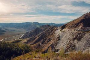 paesaggio della strada del passo di montagna foto