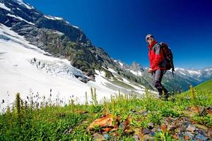 escursionista nelle montagne del Caucaso