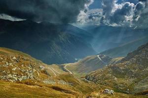 paesaggio di montagne e nuvole