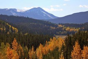 montagne rocciose in autunno foto