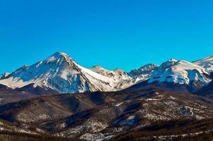 illustrazione delle montagne innevate foto
