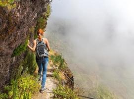 giovane ragazza in montagna foto