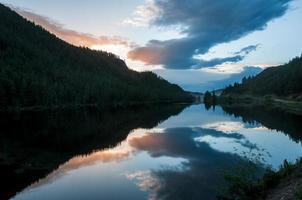cielo al tramonto del lago di montagna