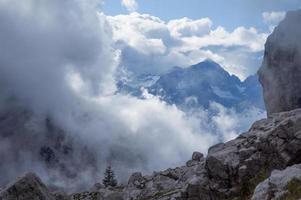 grandi nuvole in montagna foto