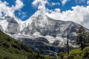 picco della montagna di neve in altopiano del tibet foto