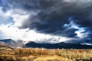 bella immagine del paesaggio di una montagna con cielo lunatico foto