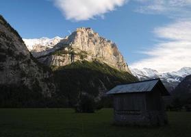 Sole che tramonta lentamente nella valle di Lauterbrunnen (Berner Oberland, Svizzera)