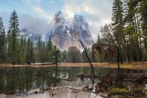 stagno e picco di montagna, valle di Yosemite foto