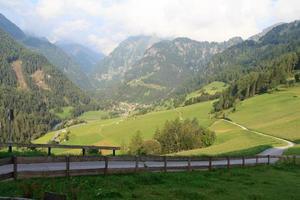 panorama con villaggio alpino hinterbichl (muncipal prägraten) e montagne, austria