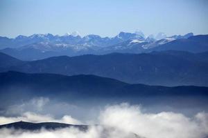 bellissima catena montuosa himalayana nello shangri-la, in cina foto