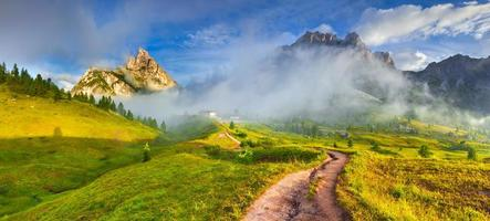 catena montuosa delle tofane al mattino nebbioso soleggiato.