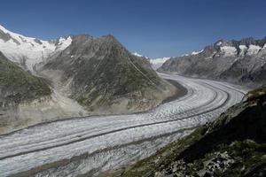 vista sul ghiacciaio dell'Aletsch con cielo blu foto