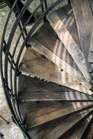 vecchia scala a chiocciola foto