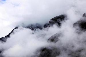 montagna ricoperta di neve nella catena montuosa himalayana di nebbia, sikkim, india foto