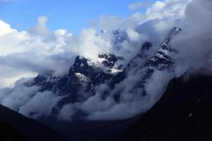 montagna ricoperta di neve nella catena montuosa himalayana di nebbia, sikkim, india