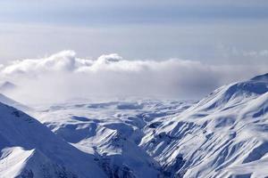 altopiano di neve nella nebbia foto