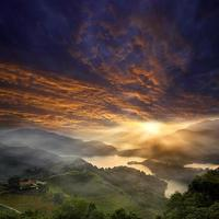 bellissimo paesaggio al tramonto di montagna