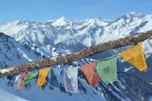 bandiere tibetane sulla montagna foto