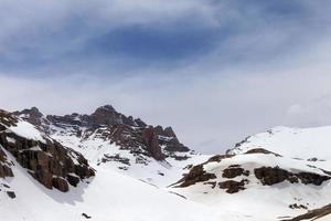montagne di neve nella nebbia foto