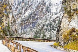 autostrada con montagna di neve foto