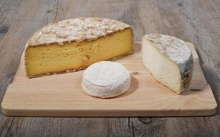 piatto di formaggi di montagna francesi foto