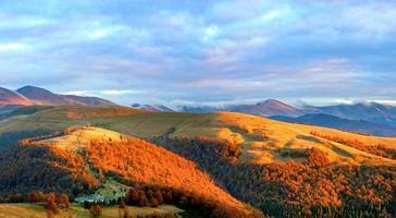 paesaggio di altopiano di montagna di sera d'autunno