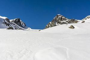 clima di montagna crudo in inverno foto