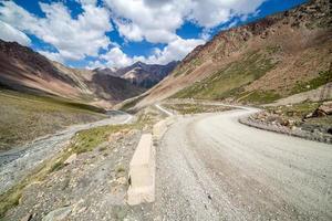 strada di montagna che va dal passo di Barskoon foto