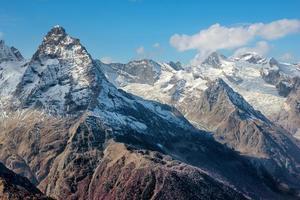 dombai. scenario delle montagne rocciose nella regione del caucaso in russia foto