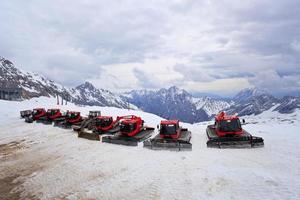 motoslitta in montagna di neve foto