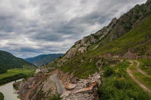 strada di valle del fiume di montagna foto