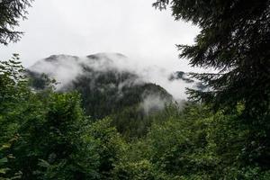 montagna tra le nuvole foto