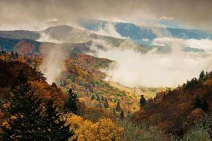 La valle di Oconaluftee si affaccia sul parco nazionale delle Great Smoky Mountains nella nebbia foto