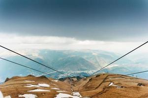 villaggio rumeno dalla cima delle montagne carpatiche