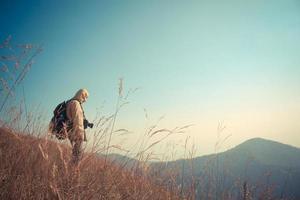 uomo in piedi sulla montagna foto