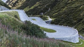 tremola, serpentine al passo del gottardo in svizzera