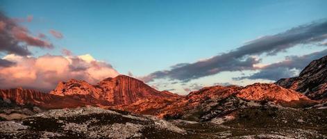 montagne rocciose della cassetta delle lettere del montenegro