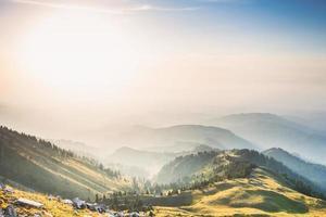bellissimo paesaggio di montagna con cielo blu foto