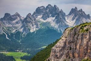 panorama del parco nazionale e montagne dolomitiche a cortina d'ampez foto