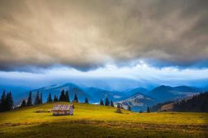 nuvole temporalesche sulle montagne foto