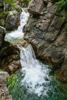 cascata nelle montagne dell'olimpo, grecia