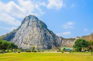 montagna di buddha a pattaya thailandia foto