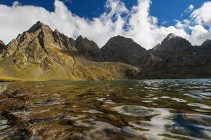 bellissimo lago nelle montagne della georgia foto