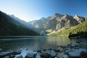 monti tatra sul bordo del lago foto