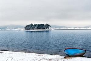 lago di montagna e barca foto